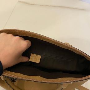 Gucci beige stor arbejds/rejse/hverdags taske kan bære i hånden eller over skulderen eller crossbody super flot.Inkl dustbag og ægtehedsgaranti(papir) mål bredde 40 højde 28