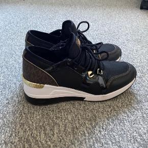 Fine Sneakers med kilehæl. Kun brugt to gange.