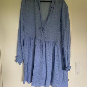 Blå ganni kjole. Brugt meget lidt da jeg syntes den er for stor til mig :)