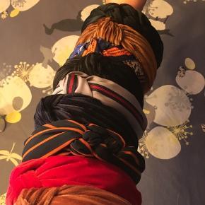 Hårbånd fra Lemosch.dk brugt få gange. Velour farver: sort, mørkeblå og rød. Alm stof: grå med rød stribe, mørkeblå med orange striber med flet på siden, sort med flet på siden, blå med mønster.  Kobber og lyserød er solgt  Køb to for 50kr