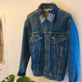 Mega fin unika reformation redesignet levis denim jakke med bandana lign. mønster ved krave og nederst på ærmerne.  Købt i butikken tøjstory, til omkring 500kr   Prisen er ikke fast og er åben for bud.