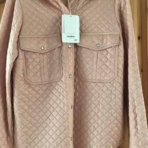 Nanushka skjorte