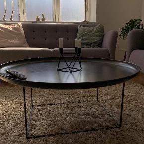 Sofabord, HAY, aluminium, b: 90 l: 90 h: 16. Sælges grundet flytning. Fejler ingenting, men der er to pletter som ses på billedet. Kan fjernes. Ø90