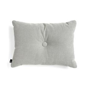 HAY Dot Cushion pude med sort knap på den ene side og lysegrå på den anden. Rigtig pæn stand. Nypris 549kr.  Mål: W: 60 x H: 45 cm