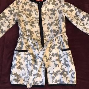 Varetype: Frakke Farve: Ukendt  Lækker kort frakke, brugt blot en gang.