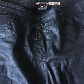De fedeste sorte jeans af bomuld, elasthane. Livv 82 cm. Skridtlængden 74 cm. Superflotte og lækre.