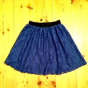 Str. 34. Sød blå nederdel med blonder og elastik i toppen. Kun brugt få gange.