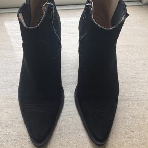 Fede støvler fra Shoe biz kun brugt 5-10 gange - har for mange sorte støvler, så nu må de her videre. Hælen er 7 cm.. perfekt til det hele! Virkelig fin stand!  Handler gerne mobilepay. Afhentes gerne eller mødes! Og sender også gerne på købers regning. Byd endelig!