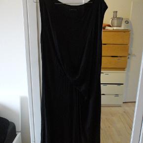 lækker kjole i lækker cupra ( minder om silke). der er stræk i den. bytter ikke.