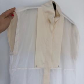 Eksklusiv skjortebluse med de lækreste silkedetaljer fra By Malene Birger. Brugt få gange og fejler absolut ingenting. Bytter ikke.  Handler helst via MobilePay eller ved at mødes og handle😊