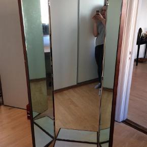 Utroligt flot og tungt! figurspejl, gulvspejl, helspejl, 3-delt spejl, vintage, retro. Det er måske palisander noget af det, men ikke det hele. Det har lidt mørke pletter i spejlet hist og her, og træet har lidt mærker hist og her.   Helt bredt ud er det 121 cm i bredde.   afhentning i Vejle.  Figurspejl, gulvspejl Farve: Brun