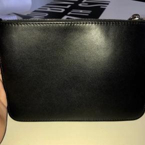 Overvejer at sælge min smukke clutch fra Givenchy i shiny leather🖤🖤 Fejler absolut intet - ingen brugsspor i form af ridser i læderet. Ny pris: ca. 4500,-                     Mp ligger umiddelbart omkring de 1700🤗           Tjek endelig også mine andre salgsopstillinger ud ✌🏼