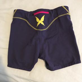 Kari Traa shorts med silicone kant for neden så de ikke glider op, der er snøre i livet.  God stand, ikke rigtig brugt.  Str. M