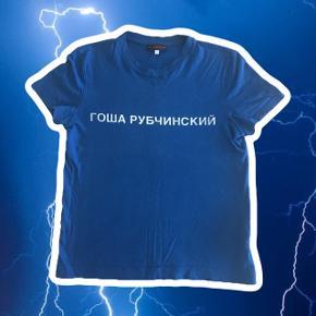 Rare Гоша Рубчинский ss15 blue logo tee i XS 🧢 Logoet er ret cracked, men ellers er den fin ingen pletter eller noget Den er IKKE oversized fit som meget gosha ellers er; så vær opmærksom på at man skal være en xs for at kunne passe den :)  ❌ læs min shop beskrivelse ❌