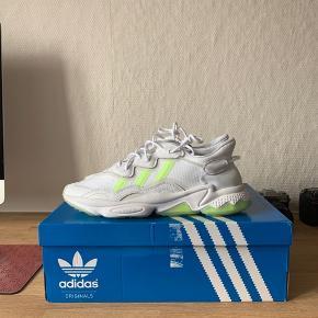 Helt nye Adidas Ozweego i hvid. Prismærke er klippet af, men følger med. Aldrig brugt udendørs. Kun prøvet på.   Kasse medfølger. 300,- under nypris
