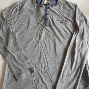 Langærmet bluse med lækre detaljer. Brugt og vasket 2 gange.