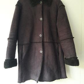 Fin jakke i fake rulam, i mærket Concept UK. Jeg er størrelse 38-40 og har brugt den som en lidt rummelig/oversize jakke. Den er dejlig varm og blød at have på. Den er brugt meget, så den er lidt slidt i foret, men er stadig i god og pæn stand.