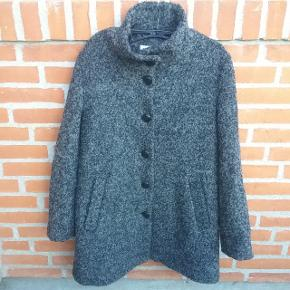 """❄Winter is coming❄   Gråmeleret vinter frakke str. 40 fra Therese. Lavet af 30 pct. Uld/ 70 pct. Polyester.  🌞 Se også mine øvrige varer🌞  Ved evt. køb af flere varer, så skriv til mig inden du vælger """"Køb nu"""" funktionen.  Så laver jeg en speciel """"pakke"""" til dig med """"Køb nu"""" og du har kun en porto 🌞 #trensalesfund"""