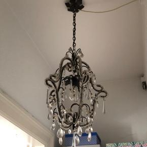 Smuk vintage lysekrone, sort med prismer.  Skal afhentes i Odense C.