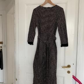 Skøn lang strikket kjole med bindebånd fra Other Stories. Kun brugt ganske få gange