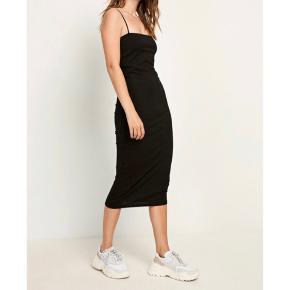 Stram kjole fra envii med indbygget bh, så man ikke skal have det på. Firkantet udskæring. Aldrig brugt