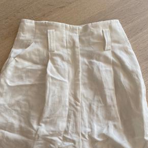 Hvide chino bukser. Der er lidt pletter bag på har vedlagt et billede, men det kan måske gå af med pletfjerner. Har dog ikke prøvet.