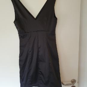 Rigtig fin og tætsiddende kjole. Den er glat og har glans i stoffet. Jeg har selv brugt den til nytår