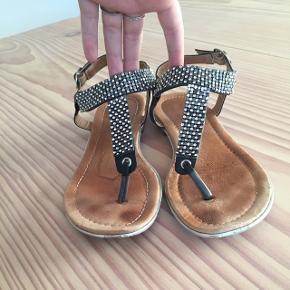 Sandaler med sten.