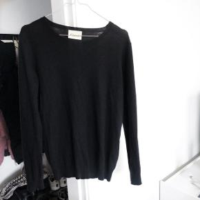 Ganni pullover bluse   Størrelse: M   pris: 550 kr   fragt: 37 kr   50 % Wool 50 % Acrylic   (den er blød kradser ikke )