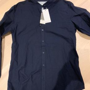 Minimum skjorte. Str L. Ikke brugt. Med kinakrave