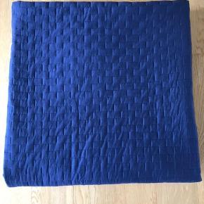 Super flot sengetæppe. Ca. 260x260.cm. Brugt meget lidt. 100% Bomuld. Mørk blå.