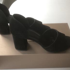 Sorte ruskindsko m/peetoe og hæl (5 cm), brugt ganske få gange.  Opbevares i original skoæske