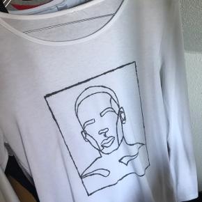 Langærmet hvid trøje med hjemmelavet tryk. Det holder fint til vask, dog er det ikke helt så perfekt som et rigtigt tryk :)