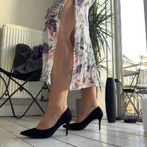 Jeg er 175cm høj. Bruger M/L. Str 40 i sko. Smal talje og brede hofter.   Str på vare; S Brugt; 1 gang Nypris; 200 Købt; Ny