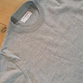 Klassisk pullover fra Lindbergh i 50% Merino og 50% polyakryl. Brugt ganske få gange og vasket i hånden en enkelt gang. Nypris 400