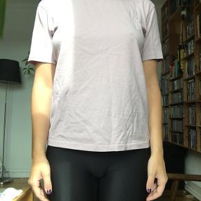 Støvet-violet t-shirt fra uniqlo.  Næsten aldrig brugt og i rigtig god stand!🌸 Str XS, men kan også passes af en str S.