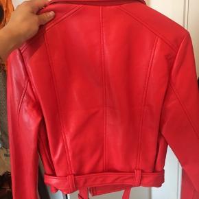 God pris, slå til nu 😎  • Rød imiteret læderjakke fra Pull & Bear • Brugt to gange  • Købt i Portugal