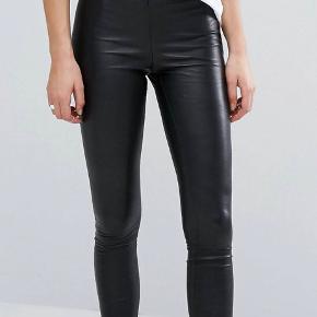 Ægte læder bukser, højtaljede med lynlås i siden   Aldrig brugt, sælges grundet forkert størrelse Sidder pænt og tight på benene  BYD gerne, dog helst realistiske bud :-)