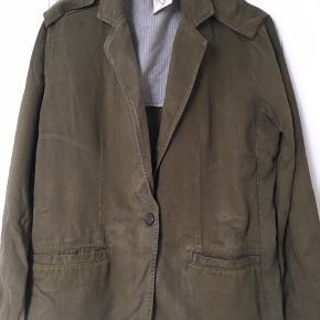 Ny jakke, blazer i army lærred. Passer str 36, s. Super her til foråret. Er fra aj 117 project.  Sælger meget andet fra samme mærke samt andre