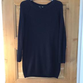 Fin mørkeblå strikkjole fra H&M i str s Trænger til at blive affnulleret.  Sælges også i 2 andre farver. Se annoncer  Tjek også mine mange andre annoncer - der gives mængderabat ved køb af flere ting.