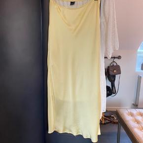 """Smuk silke """"look-a-like"""" nederdel. Har elastik i taljen og falder fint ned omkring kroppen. Ingen tydelig tegn på brug 🤩❤️"""
