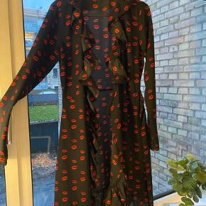 Flot wrap kjole fra na-kd, aldri brukt da den er for stor. Ligner réalisation par kjolene. Perfekt til vinteren. Den er sort med «røde læber mønster».