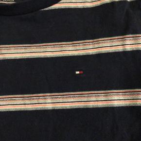 T-shirt fra Tommy Hilfiger brugt meget lidt.