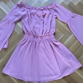 Off-shoulder kjole med vidde i ærmerne. Inderkjole. Polyester. En enkelt trådudtrækning.  Længde 80 cm. Brystvidde 52*2 cm. Farven ligner bedst på det sidste billede.