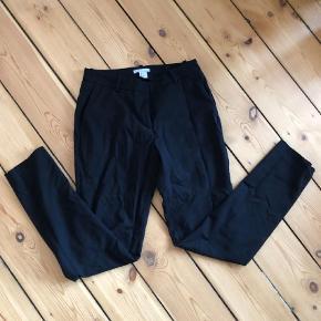 Varetype: bukser jakkesætsbukser habitbukser sorte Størrelse: 34 Farve: Sort Prisen angivet er inklusiv forsendelse.  Sælger disse sorte bukser fra H&M.  De sælges for 75 + porto eller kan afhentes på Østerbro :-)