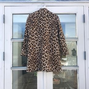 Er selv en str. 38   Leopard / yder-stoffet er 100% bomuld. Foret er 100 % poliester   Er modtagelig for bud  #30dayssellout
