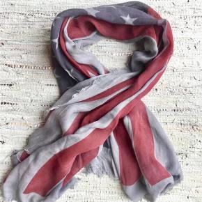 Fra SAINT TROPEZ : Stort tørklæde : 1 m x 1/5 m Farve : Grå + rød + blå Aldrig brugt, men vasket lige efter køb. Oprindelig købspris : 250,- Sender gerne med DAO på købers regning.