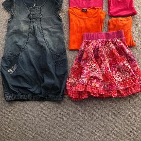 Cowboykjole i str. 128 med lommer foran og fin glimmersommerfugl. Kjolen har elastikkant forneden.  Nederdel i str. 140 med bred elastik i taljen. Nederdelen er rundskåret og er brugt sammen med nedenstående bluser og leggings.  Kortærmede t-shirs i str. 128 hhv. pink. og orange.  Leggings i hhv. pink str. 134 og orange str. 128.  Prisidé dkk 100,00 - kom gerne med et seriøst bud :-)  Forsendelse med DAO dkk 36,95.