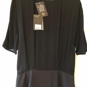 Flot kjole fra Malene Birger. Modellen hedder tehleen. Ikke brugt og med prismærke. Flot til jul og nytår. Mener nyprisen var 2200 kr.