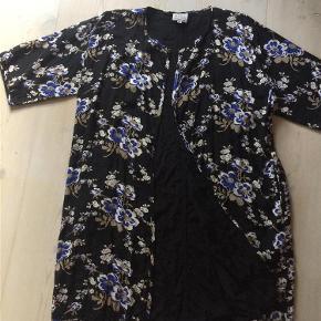 Varetype: Flot foret jakke / kimono Farve: Se billeder  Flot jakke / kimono   Handler gerne via mobilpay - ellers plus gebyr :-)  Spørg og byd.......